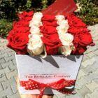 Fehér kocka doboz, vörös és fehér rózsa